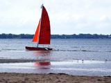 Der Katamaran steht bereit zum mitsegeln auf der Ostsee