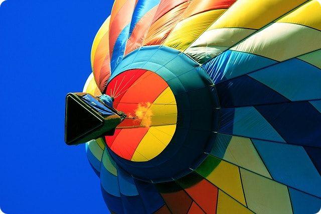 Mit einem Heissluftballon hoch oben über Bremen schweben