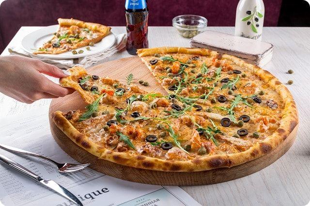 Lecker Pizza essen im Restaurant Rimini