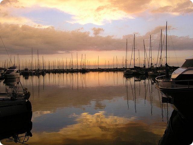 Sonnenuntergang im Hafen an der Ostsee