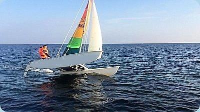 Katamaran-segeln-bei-mehr-Wind-auf-der-Ostsee