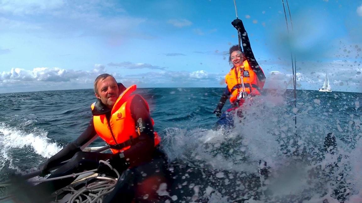 Katamaran segeln bei Wellen und Wind auf der Ostsee