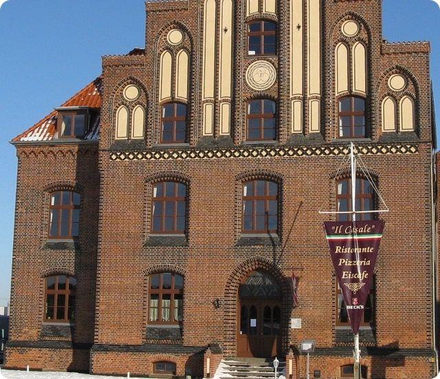 Das alte Zollhaus im historischen Hafen von Wismar.