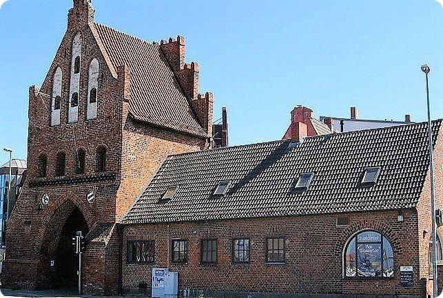 Das historische Wassertor ist eine große Sehenswürdigkeit in Wismar und Weltkulturerbe der Unesco.